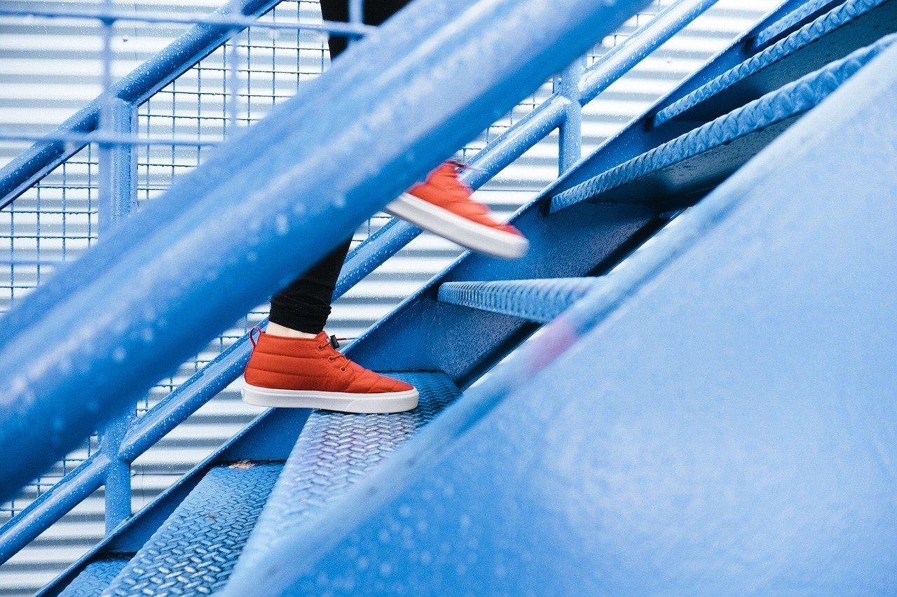 Jak powinny być wykonane stopnie schodowe?